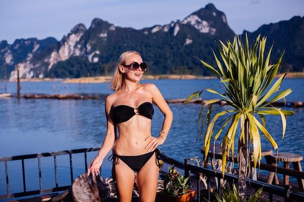 Giovane donna in bikini nero in vacanza in thailandia