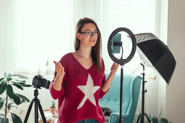 Молодая женщина-блогер готовится снимать видео для видеоблога