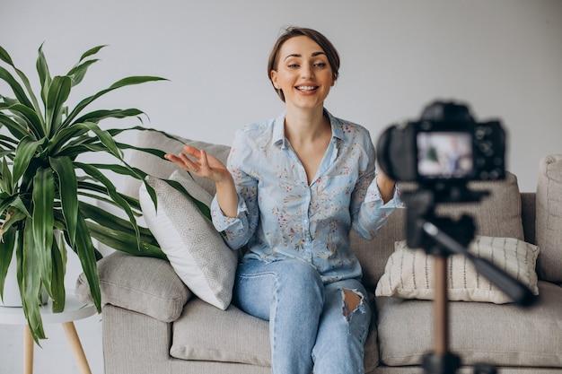 カメラでビデオを記録する若い女性ブロガー