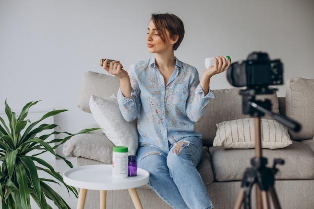 젊은 여자 블로거 녹화 비디오 카메라