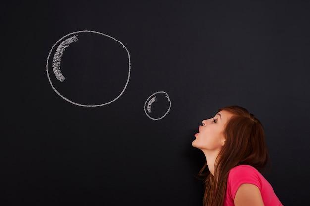 泡を吹く若い女性