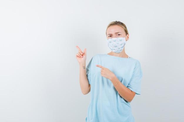 Giovane donna in una maglietta blu con una maschera medica