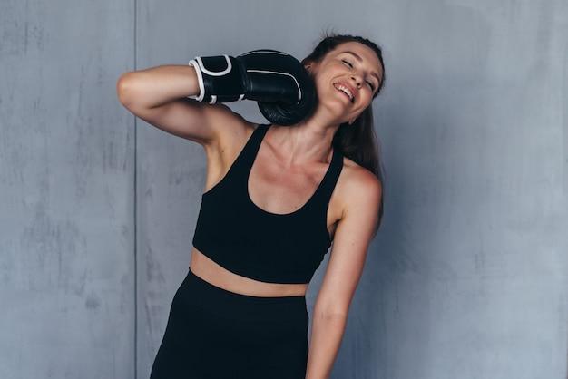 젊은 여성 권투 선수는 농담으로 자신을 친다.