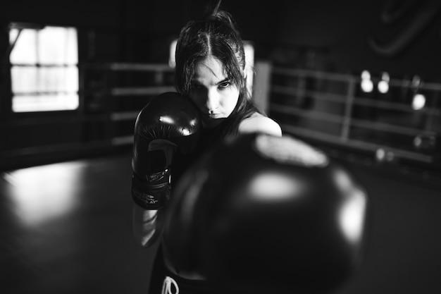 체육관에서 젊은 여자 복서 훈련
