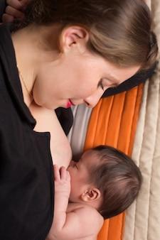 젊은 여성이 모유 수유 신생아
