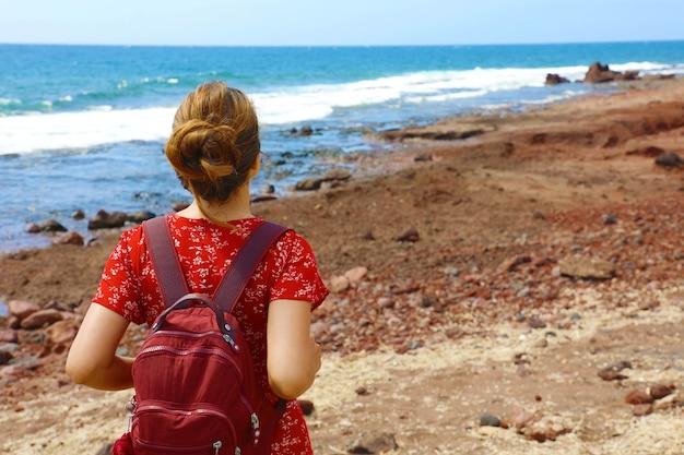 Молодая женщина дышит и наслаждается побережьем тенерифе