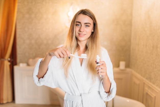 歯ブラシで歯を磨く若い女性