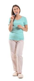 歯を磨く若い女性