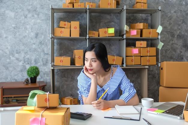 若い女性のビジネスオーナー、不幸な仕事の束、ビジネスの失敗。