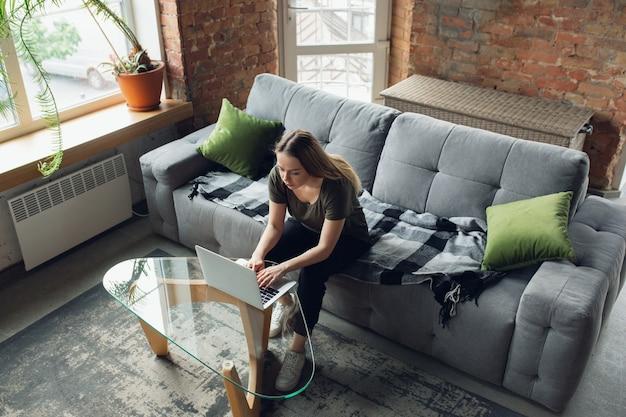 自宅で仕事を探している若い女性実業家