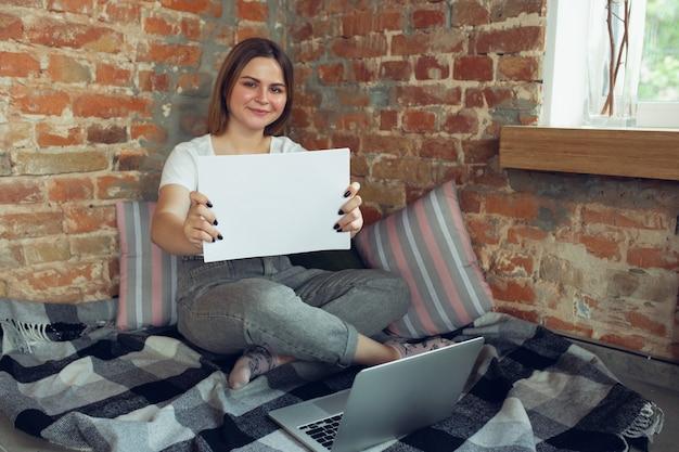 若い女性、自宅で仕事を探している実業家、
