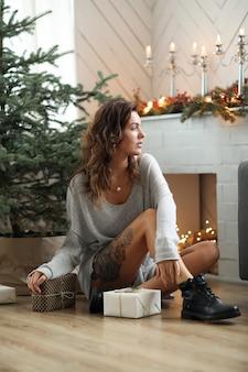 크리스마스를 축 하하는 젊은 여자