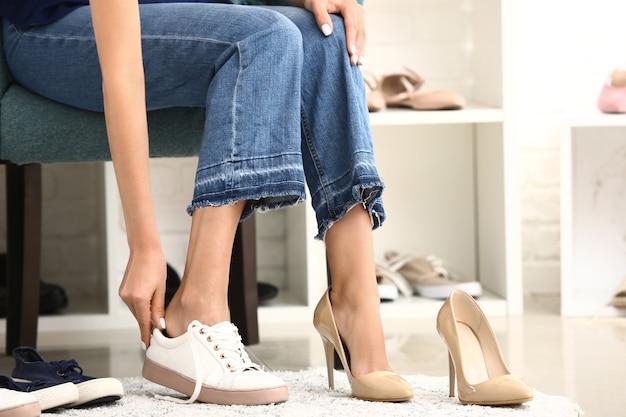 탈의실에서 그녀의 신발을 변경하는 젊은 여자