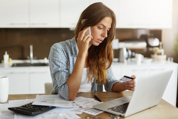 Молодая женщина проверяет свой бюджет и делает налоги