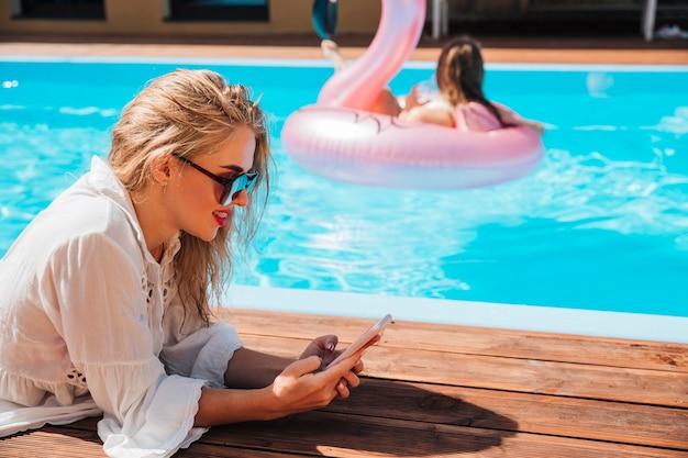 젊은여자가 그녀의 전화를 확인
