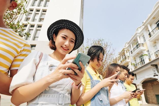 온라인 뉴스를 확인하는 젊은 여자