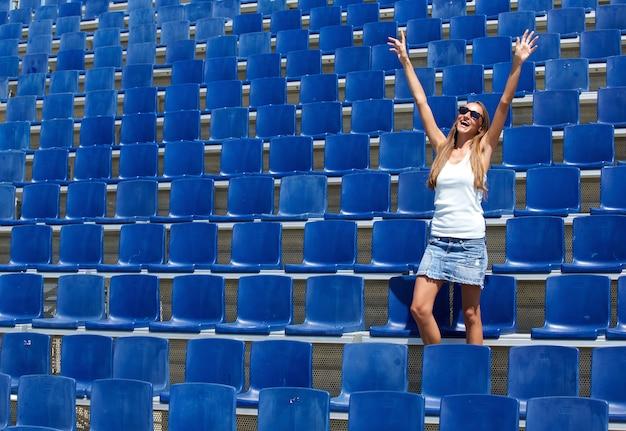 Молодая женщина аплодисменты