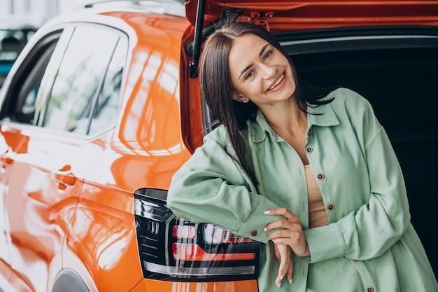 自分で車を選ぶ若い女性 無料写真