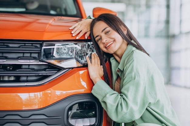 Giovane donna che sceglie un'auto per se stessa
