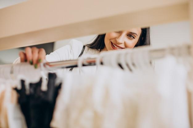 ショッピングモールで下着を選ぶ若い女性
