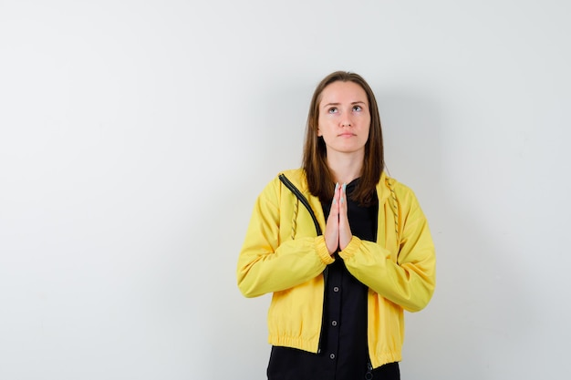 Молодая женщина, взявшись за руки в молитвенном положении