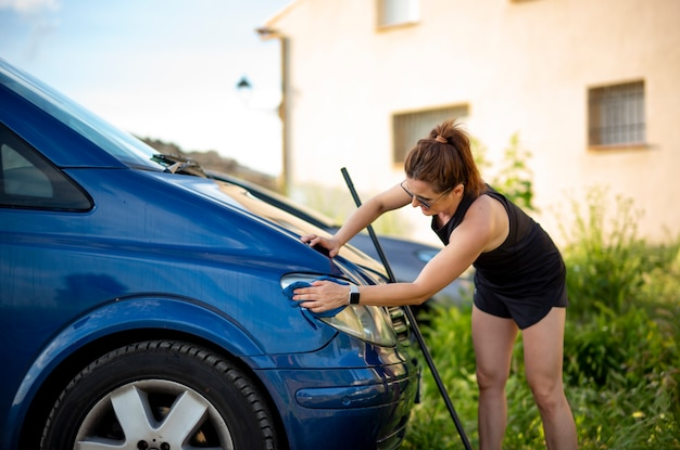 Молодая женщина, уборка синий фургон.