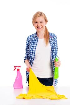Giovane donna che pulisce la camicia macchiata