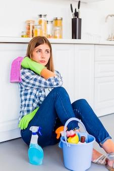 Молодая женщина, чистка дома