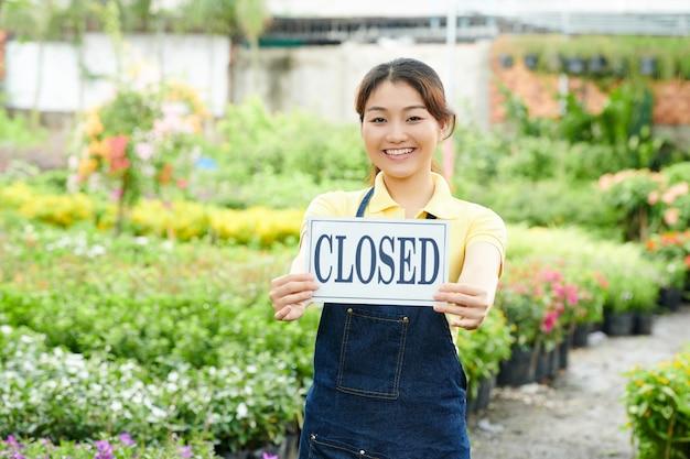 Молодая женщина закрывает питомник растений
