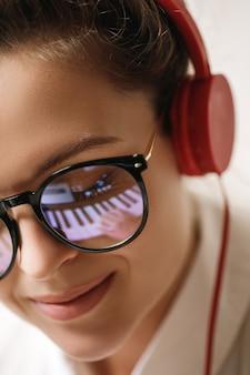 アイグラにピアノの鍵盤を反映した若い女性作曲家