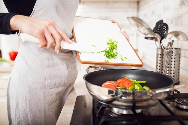 Молодая женщина, приготовления пищи красивая еда