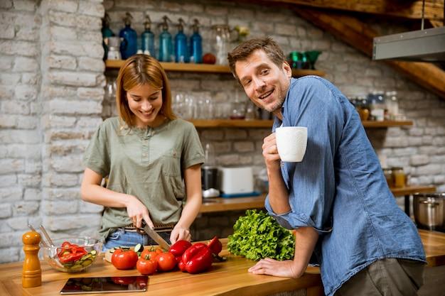 Молодая женщина готовит кофе