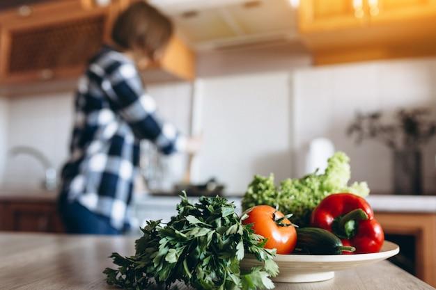 Молодая женщина приготовления пищи