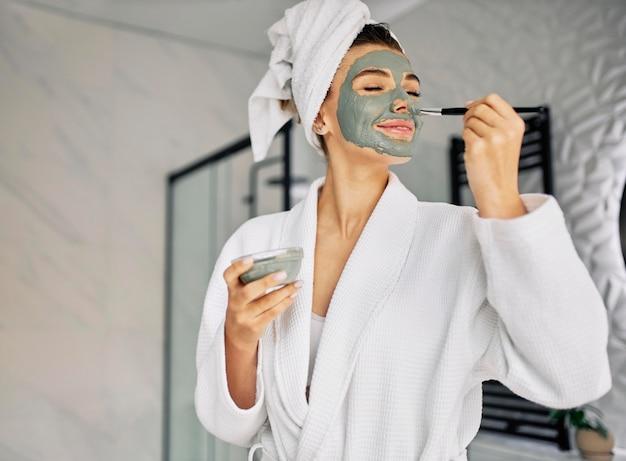Молодая женщина закрыла лицо естественной маской