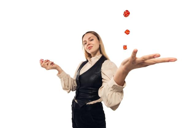 Молодая женщина, жесты крупье, изолированные на белом фоне. сильно натянутый, широкий угол обзора, рыбий глаз. понятие человеческих эмоций, выражения лица, продаж, рекламы, спорта, азартных игр.