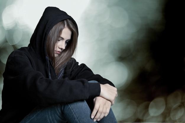 背景で泣いている若い女性