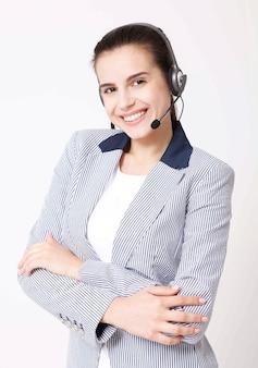 Оператор службы поддержки клиентов молодой женщины с гарнитурой