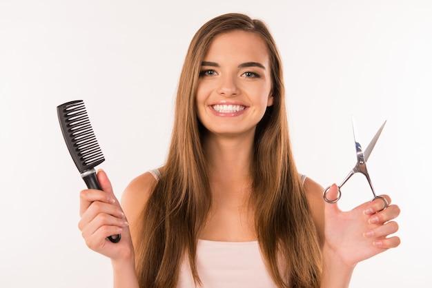 彼女の髪を切る若い女性