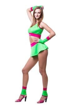 孤立した背景の上のスタジオで踊ってジャンプする若い女性