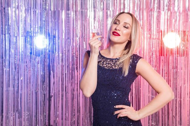 夜のディスコクラブで踊る若い女性