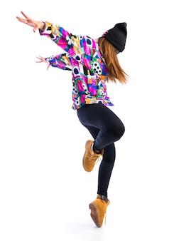 Молодая женщина танцует уличный танец