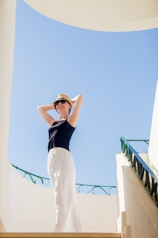 Giovane donna che balla in città bianca