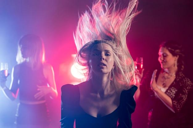 Молодая женщина танцует