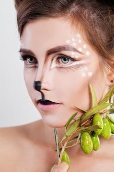 芸術的なメイクアップと若い女性鹿動物の顔