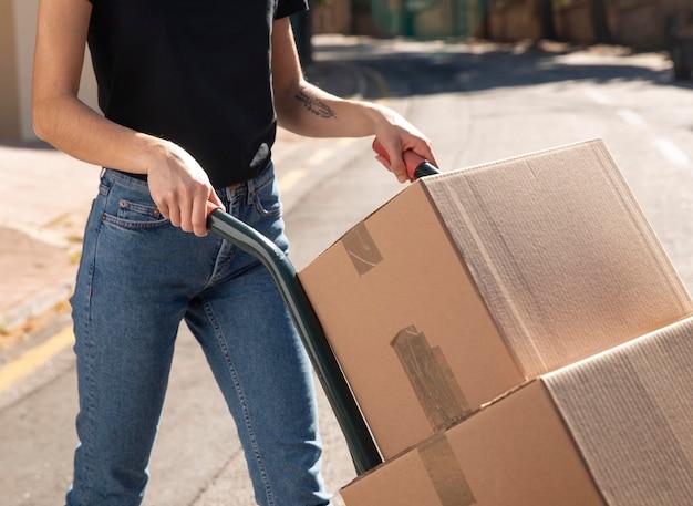 注文を配信する若い女性