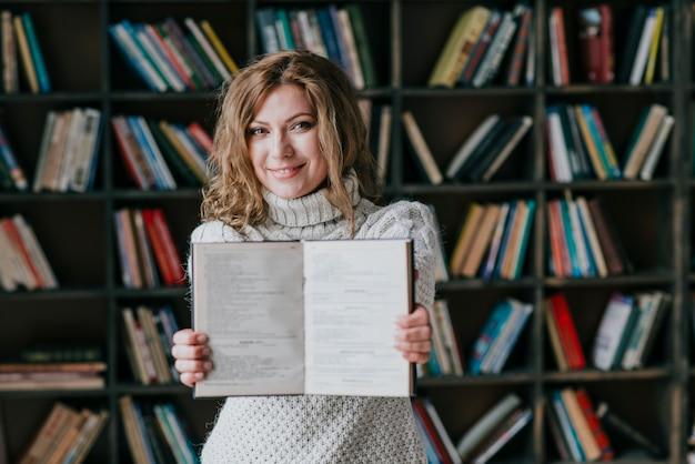 若い女性が本をデモンストレーション