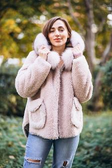 通りで外の布を示す若い女性