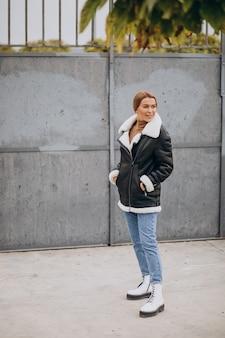 Молодая женщина демонстрирует верхнюю одежду