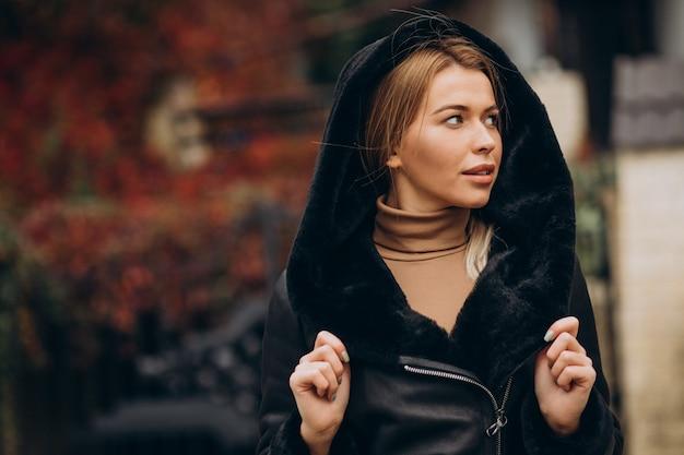 上布を示す若い女性
