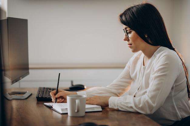 Designer di giovane donna che lavora alla scrivania